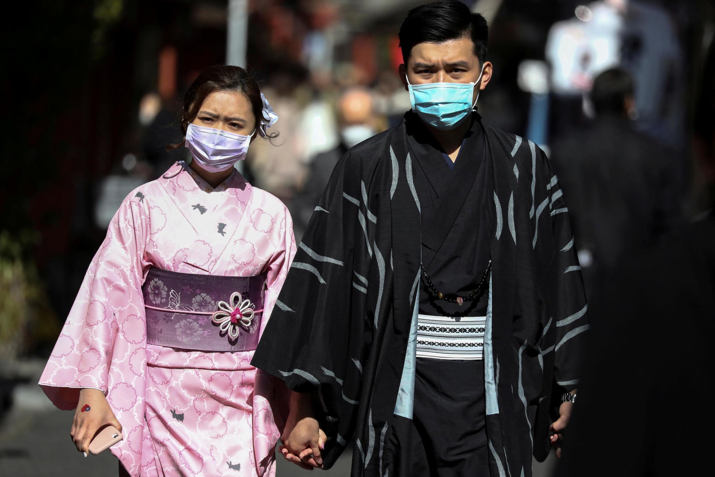 Face au coronavirus, le Premier ministre japonais, Shinzo Abe, a déclaré l'état d'urgence, notamment à Tokyo. La capitale serait en train de perdre le contrôle sur la progression de la maladie.