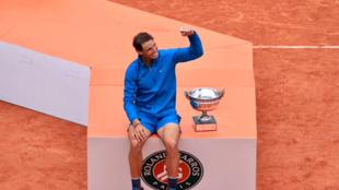 Rafael Nadal alza su mano junto a la undécima Copa de los Mosqueteros conquistada el domingo 10 de junio de 2018 tras ganar en la final al austriaco Dominic Thiem 6/4 6/3 6/2.