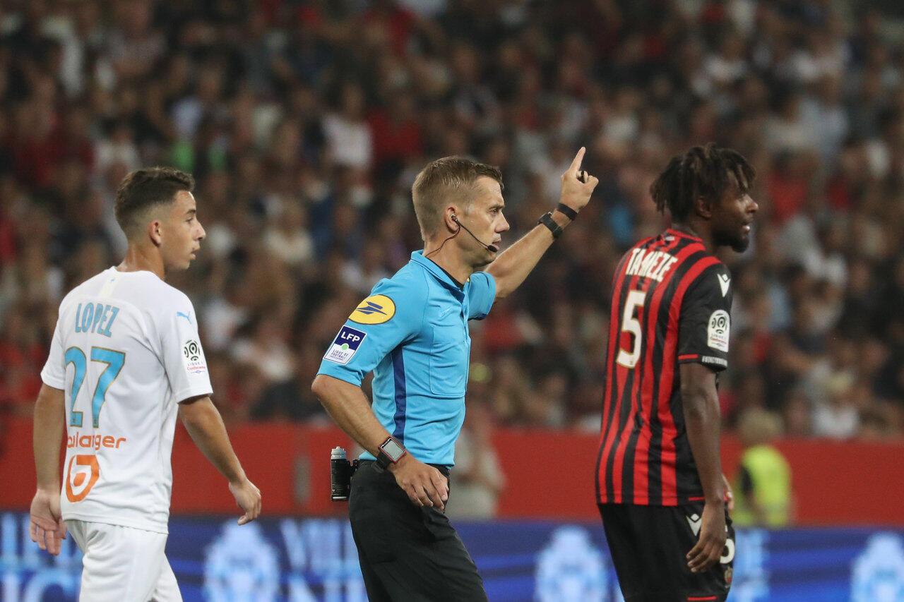 Арбитр матча «Ницца»—«Олимпик Марсель» решил прервать встречу из-за поведения фанатов «Ниццы».