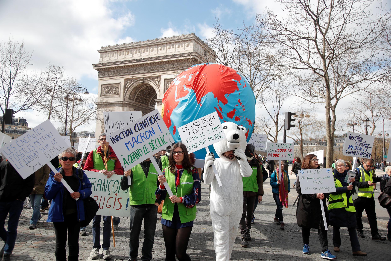 """法國公民團體示威者等待參加氣候""""世紀大遊行""""2019年3月16日巴黎"""