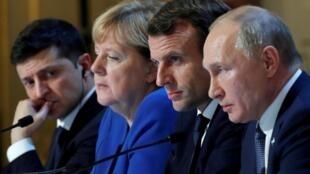 圖為12月10日舉行的巴黎峰會,中間坐着法國總統馬克龍和德國總理默克爾,俄羅斯總統普京與烏克蘭總統澤連斯基坐在兩邊。