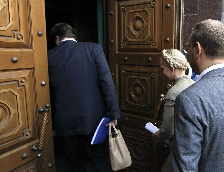 Лидер оппозиционной партии «Батькивщина» Юлия Тимошенко входит в здание Генеральной прокуратуры 24/05/2011