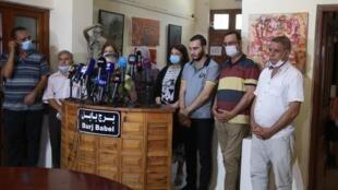 Activistes irakiens et amis de la ressortissante allemande kidnappée, Hella Mewis, tiennent une conférence de presse demandant sa libération à Bagdad, le 21 juillet 2020.