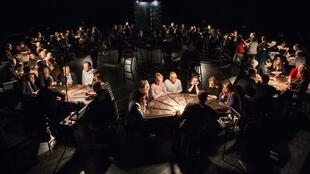 «£¥€$», pièce présentée par la compagnie flamande Ontroerend Goed au Festival d'Avignon.