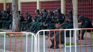 Des policiers cambodgiens devant la Cour suprême à Phnom Penh, pendant une manifestation de militants de Kem Sokha, le leader du parti d'opposition dissout CNRP, le 22 août 2018.