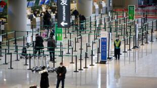 中国农历春节旅游旺季开始之际,稀稀拉拉的旅行者在上海虹桥国际机场值机柜台等候。