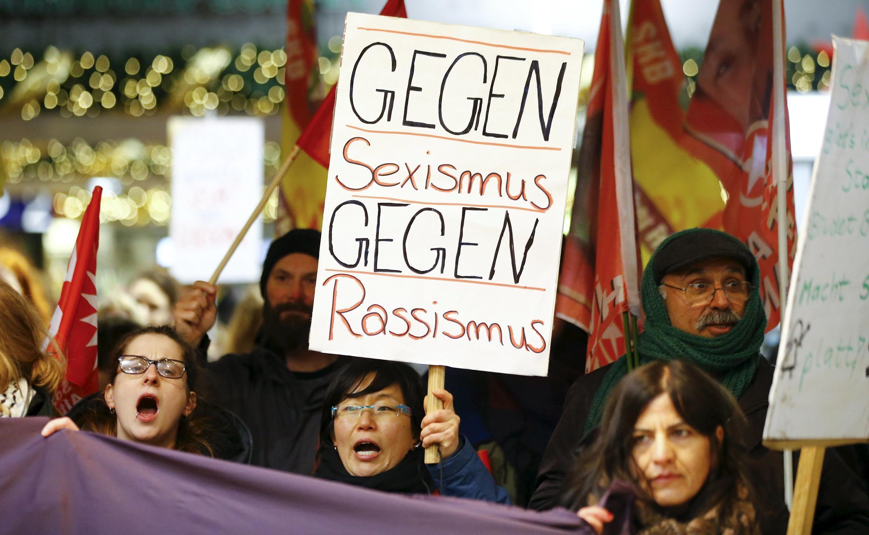 Жительницы Кельна во время акции протеста 5 января с плакатом: «Против сексизма — против расизма».