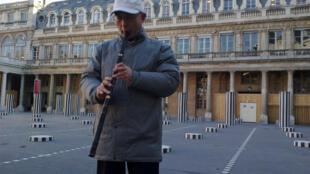 2013年1月16日,来法国参加《证词》法文版发行活动的廖亦武在法国文化部门前即兴演奏《六四悲情》。