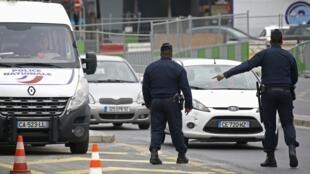 Policiais controlam motoristas na manhã de hoje, em Paris. Só estão autorizados a circular os veículos com placas de final ímpar.