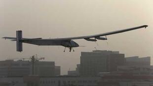 l  avión Solar Impulse 2 emprendió este lunes por la mañana en Abu Dabi una vuelta  al mundo sin precedentes.