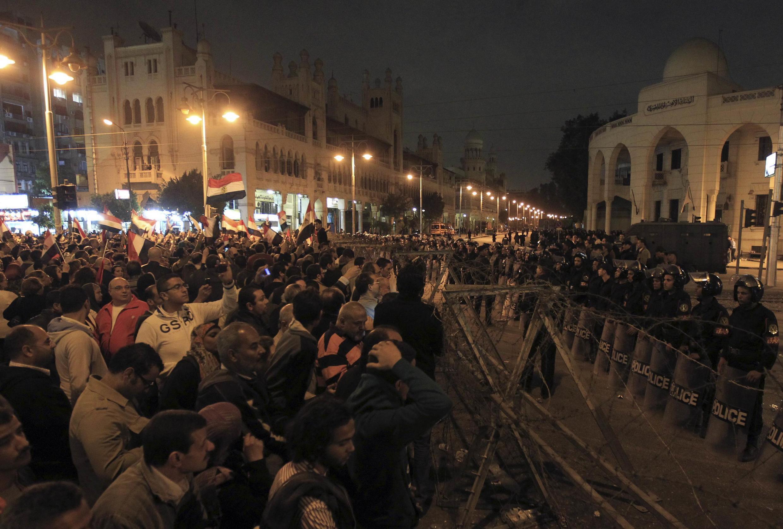 Полицейское оцепление перед президентским дворцом в Каире 04/12/2012