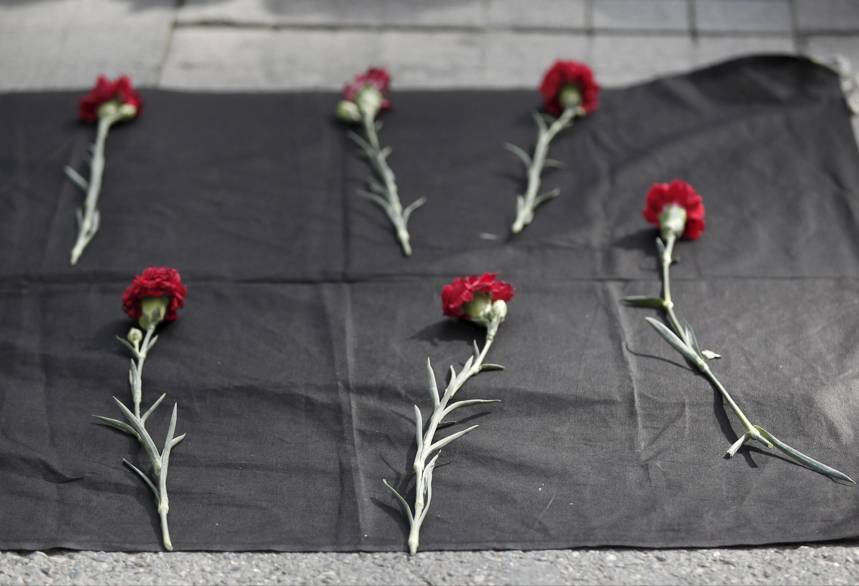 Des oeillets déposés sur le sol à Ankara, en hommage aux victimes du double attentat qui a touché la manifestation appelée par le HDP et les partis d'opposition, le 10 octobre 2015.