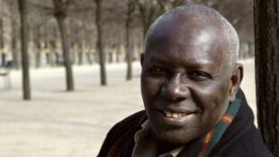 L'écrivain sénégalais Boubacar Boris Diop, dans le jardin du Palais Royal à Paris, le 15 mars 2006.