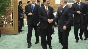 中国主席胡锦涛在人民大会堂迎接参加上和组织峰会的俄罗斯总统普京。2012年6月5日。