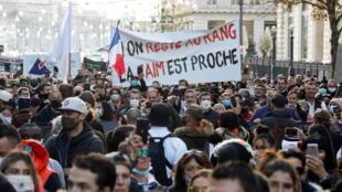 2020-11-26T142143Z_970336194_RC22BK9H1KF5_RTRMADP_3_HEALTH-CORONAVIRUS-FRANCE-PROTEST