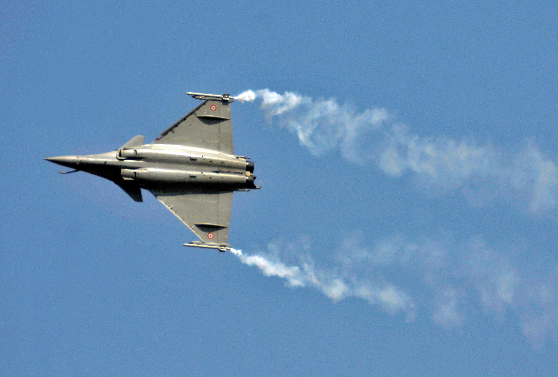 Un avion de combat Rafale dans le ciel de l'Inde, pendant un salon de matériels d'aéronautique de défense.