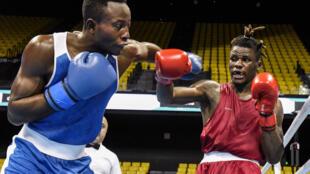 Le Congolais David Tshama (à gauche) lors du TQO de boxe, à Dakar, le 26 février 2020.