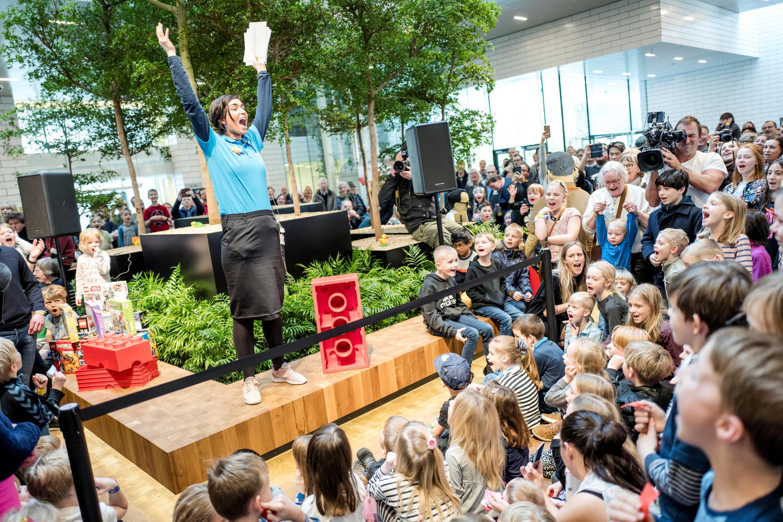 Дети и взрослые ожидают начала праздника по случаю 60-летия LEGO. Биллунд (Дания), 28 января 2018 года