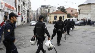 Polícia controla acesso à área onde ocorreu o atentado em Istambul.
