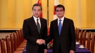 Ngoại trưởng Nhật Taro Kono (P) và đồng nhiệm Trung Quốc Vương Nghị tại Tokyo ngày 15/04/2018.