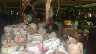 Ces sommes reçues par SMS permettent de financer l'économie locale et de ne pas faire chuter le prix des denrées dans les marchés comme celui-ci à Garowe en Somalie, en juillet 2017.