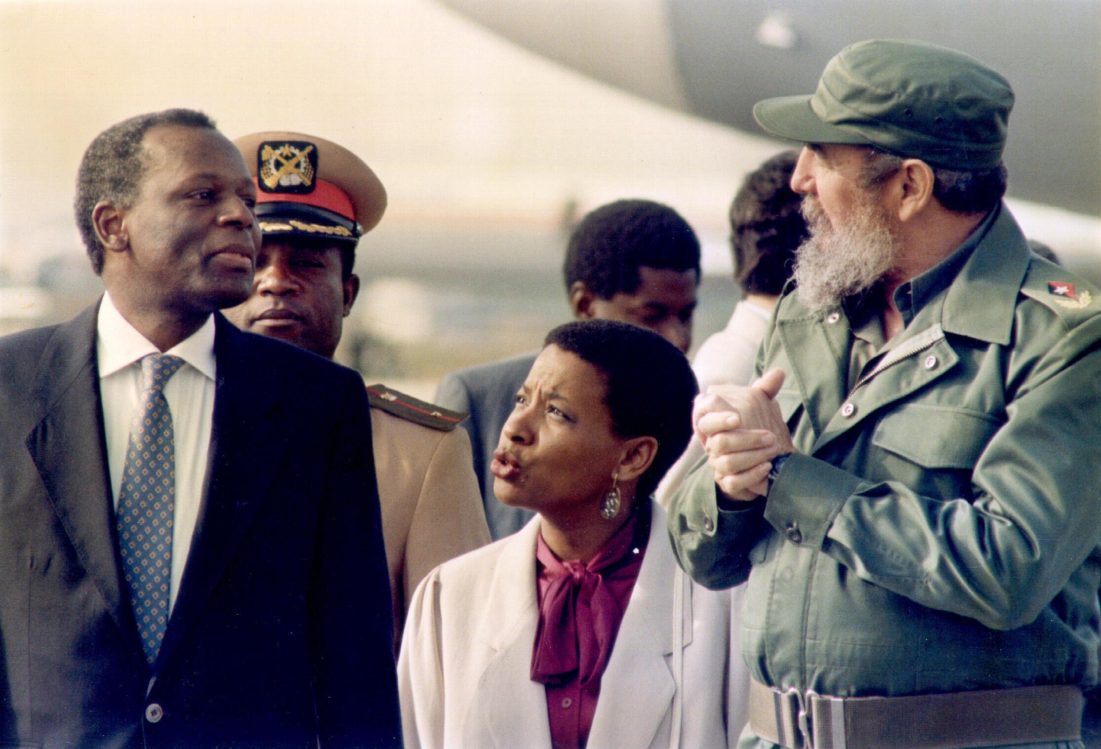 Le Cubain Fidel Castro et l'Angolais Jose Eduardo Dos Santos à La Havane, le 16 décembre 1988.