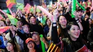 Les supporters de Tsai Ing-wen fêtent la victoire de leur candidate à l'élection présidentielle à Taïwan le 11 janvier 2020.