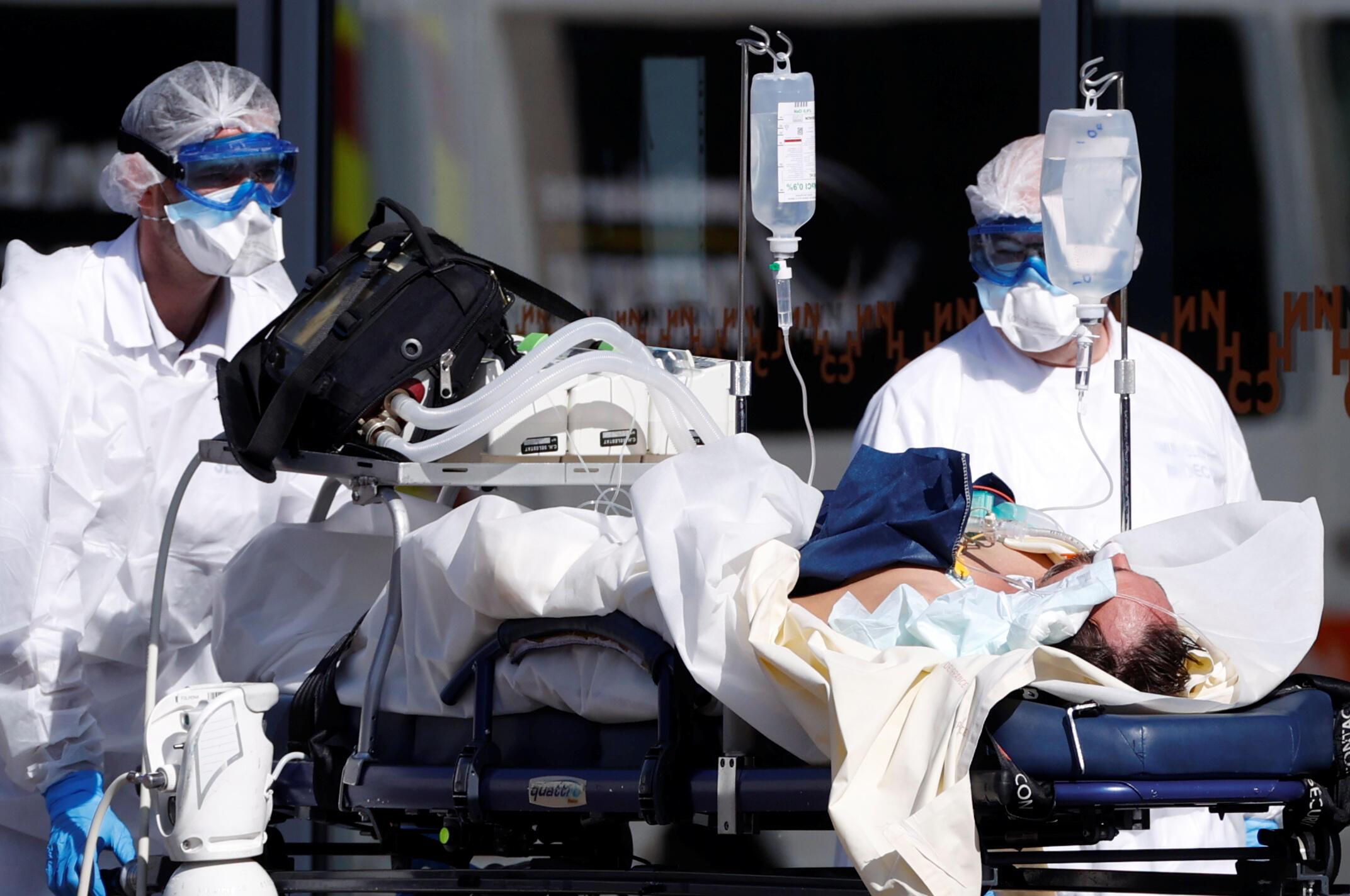 Equipe do Samu transporta paciente com coronavírus para Hospital Universitário de Estrasburgo, no leste da França.