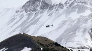 Un helicóptero de la gendarmería francesa se dirige a la zona del accidente el 25 de marzo de 2015.