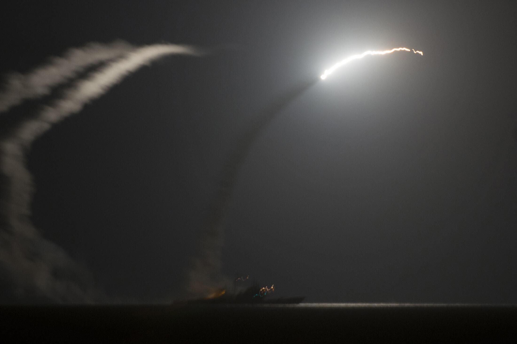 Un missile Tomahawk, tiré du croiseur USS Philippine Sea, près du porte-avions «USS George H.W. Bush» dans le golfe Persique, le 23 septembre 2014.