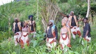 « Nomades Bantu Project » met à l'honneur l'Afrique et en particulier le Cameroun, le Congo-Brazzaville, la Cap-Vert, l'Angola et la Guinée-Bissau. Un spectacle dans le cadre de « L'Afrique au Théâtre de la Ville de Paris ».