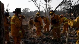 2017年10月13日美国加州大火灾区某地救火现场。