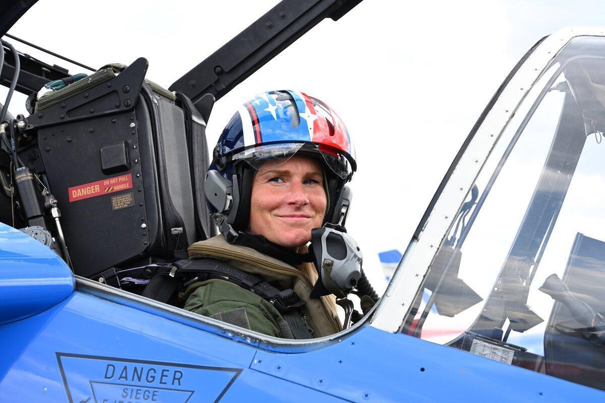 Футболистка Амандин Анри пролетела над Парижем вместе с пилотажной группой Patrouille de France