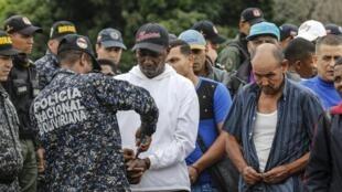 Des policiers vénézuéliens avec 59 Colombiens expulsés après avoir été libérés de prison où ils ont passé trois ans sur de fausses accusations de tentative de coup d'Etat, le 29 juin 2019 à Cucuta, sur la frontière entre les deux pays.