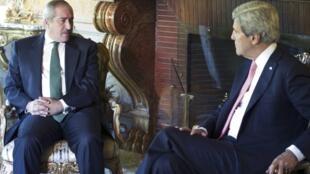 Waziri wa Mambo ya Nje wa Marekani John Kerry akizungumza na Waziri wa Mambo ya Nje wa Jordan Nasser Judeh