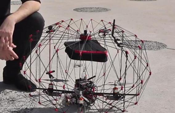 L'Ecole polytechnique de Lausanne a développé un mini-drone transporteur qui s'inspire des origamis. Un engin qui allie à la fois rapidité, sécurité, fiabilité et légèreté.