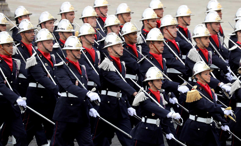 Колонна пожарных. Национальный праздник Франции. Площадь Согласия в Париже 14 июля 2020.