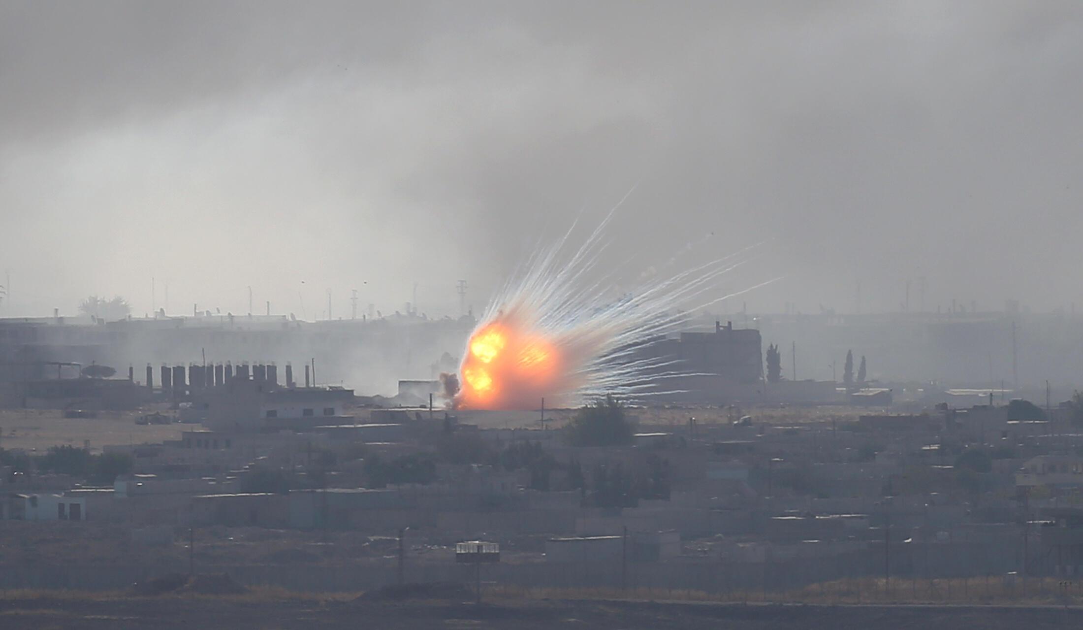 Des explosions dans la ville de Ras Al Aïn, vue depuis Ceylanpinar en Turquie, ce samedi 11 octobre 2019.