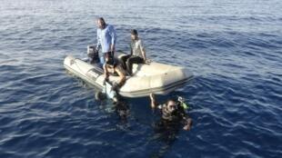 Membros da guarda-costeira líbia resgata imigrantes que se lançaram ao Mar Mediterrâneo com uma embarcação que afundou. Foto tirada em 23 de agosto de 2014.