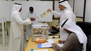شهروندان کویت به منظور انتخاب نمایندگان مجلس این کشور برای ۴ سال آینده به پای صندوقهای رای رفتند.