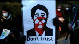 Áp phích phản đối thủ tướng Nhật Shinzo Abe trong một cuộc biểu tình tại Tokyo, 11/03/2017.