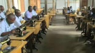 Au centre d'Iwawa les jeunes apprennent un métier, parmi lesquels, la couture. (Capture d'écran)