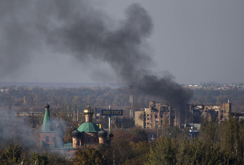Des fumées s'élèvent de la zone de l'aéroport de Donetsk après des bombardements, le 12 octobre 2014.