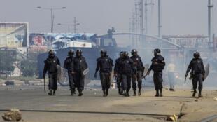 A polícia usou balas reais, gás lacrimogéneo e cães para dispersar os manifestantes em Luanda.