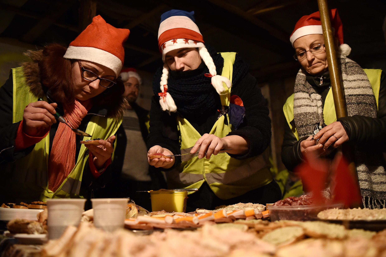 Активисты встречали Рождество не только в традиционных желтых жилетах, но и в красных колпаках