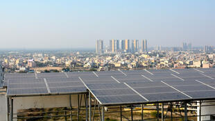 La résidence Bestech Park View, située à Gurgaon (banlieue de New Delhi) a installé, en 2016, des panneaux solaires sur les toits de ses 8 tours. Ils fournissent environ 8 % de ses besoins en électricité.
