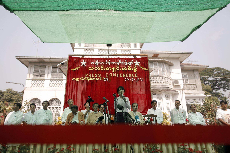 Lãnh tụ đối lập Aung San Suu Kyi (giữa) nói chuyện với các nhà báo tại Rangoon ngày 30/03/2012.