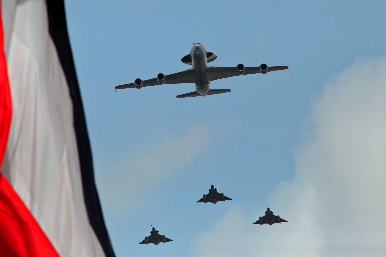 Ảnh minh họa : Một máy bay radar AWACS và chiến đấu cơ Mirage 2000 lúc bay trên bầu trời Paris, ngày lễ Quốc khánh Pháp 14/07/2015.