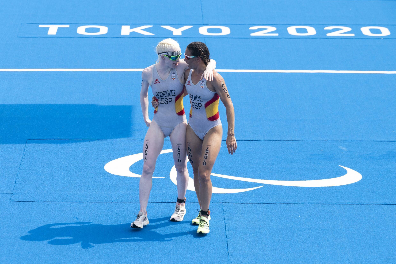 L'Espagnole Susanna Rodriguez et son mentor Sarah Lohar participent au triathlon féminin aux Jeux paralympiques de Tokyo.