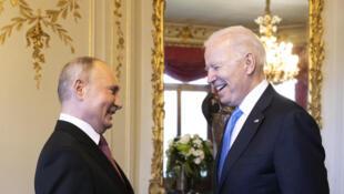 Tổng thống Nga Vladimir Putin (T) và nguyên thủ Hoa Kỳ Joe Biden tại cuộc gặp thượng đỉnh ở Geneve, Thuy Sĩ, ngày 16/06/2021.
